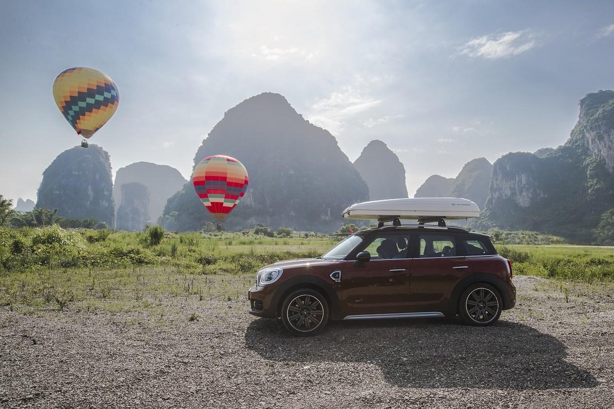 Ναture mini lovers: Τα κορίτσια που αγαπούν την περιπέτεια θέλουν αυτό το αυτοκίνητο Μια βόλτα µε το MINI Cooper Countryman έχει τις σωστές ταχύτητες ροµαντισµού, ασφάλειας και στυλ.