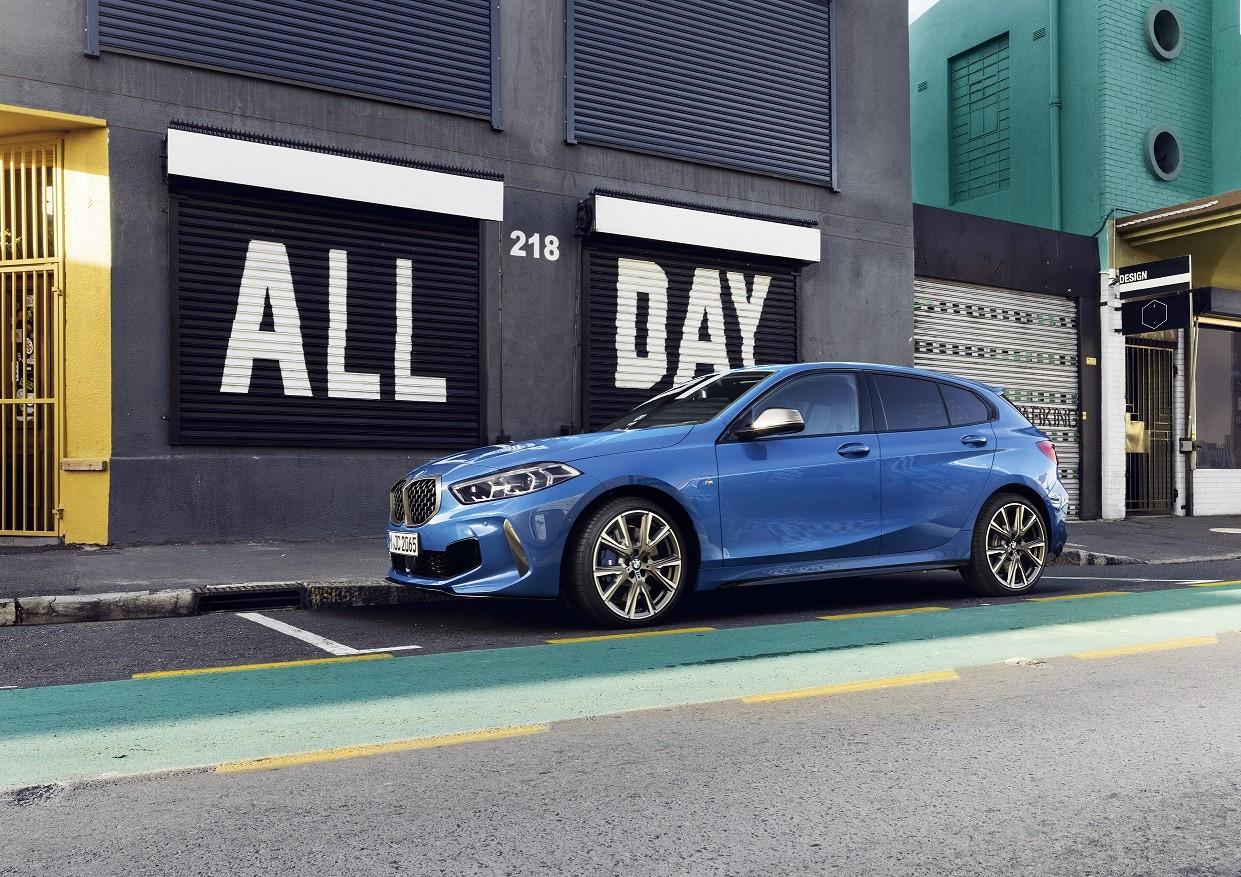 Be the One: Ζήσε μοναδικές στιγμές με τη νέα BMW Σειρά 1 Εντυπωσιακά outfits, οι λαμπερές φίλες μας και ένα αστραφτερό, ολοκαίνουριο αυτοκίνητο μας συντροφεύουν στις γιορτινές εξόδους από το πρωί μέχρι το βράδυ.