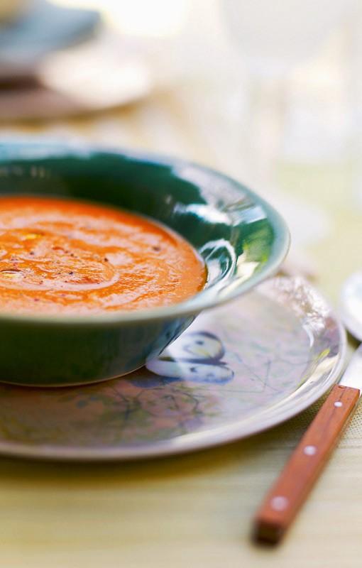 Γκασπάτσο  2 φέτες ψωμί  4 ντομάτες  1 αγγούρι  1 πράσινη και 1 κόκκινη πιπεριά  1 μέτριο κρεμμύδι  2 σκελίδες σκόρδο  8 φύλλα βασιλικού  1 φλιτζ. του τσαγιού ελαιόλαδο  2 κ.σ. ξίδι μπαλσάμικο  φρεσκοτριμμένο πιπέρι  1 κ.γ. καυτερή πιπεριά  12 μαύρες ελιές
