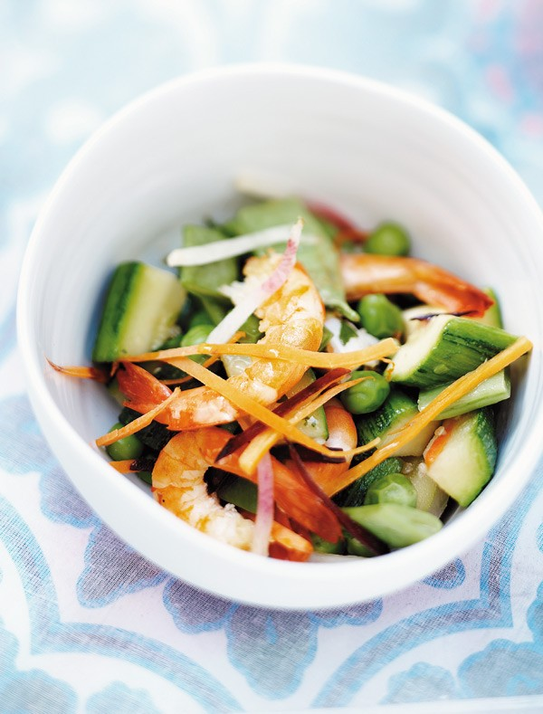 Γαρίδες με σοταρισμένα λαχανικά 800 γραμμ. βρασμένες ροζ γαρίδες 2 κολοκυθάκια 250 γραμμ. αρακάς 250 γραμμ. φασολάκια πλατιά 1 καρότο 2 παντζάρια 1 πράσο 30 γραμμ. βούτυρο σογιέλαιο 10 πλατιά φύλλα βασιλικού αλάτι, πιπέρι