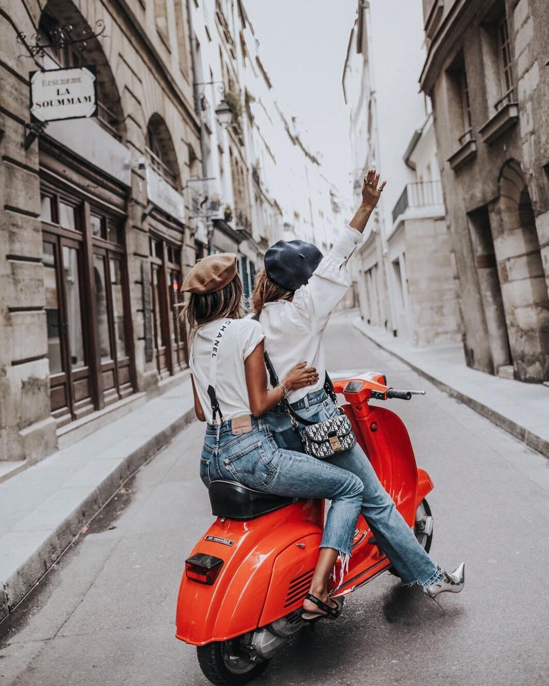 Δύο μπλόγκερ μας ταξιδεύουν στο Παρίσι Η Collage Vintage και η Sincerely Jules είναι κολλητές. Ταξιδεύουν μαζί, ποζάρουν με τα πιο stylish outfits της μόδας και μας κάνουν να θέλουμε να κλείσουμε εισιτήρια για τον επόμενο προορισμό μας. Μέσα από τις υπέροχες φωτογραφίες τους, κάνουμε μια στάση στην Πόλη του Φωτός και γνωρίζουμε τις ωραιότερες γωνιές της.