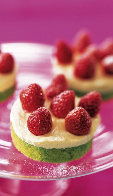 Καναπεδάκια από φιστίκι με φράουλα 250 γραμμ. φράουλες. 100 γραμμ. φιστίκια Αιγίνης ανάλατα 200 γραμμ. βούτυρο (σε θερμοκρασία δωματίου) 120 γραμμ. αλεύρι για όλες τις χρήσεις  200 γραμμ. ζάχαρη άχνη 4 αβγά 1 κ.γ. βανίλια Για την κρέμα: 1 αβγό 2 ποτήρια γάλα 40 γραμμ. ζάχαρη άχνη 1 κ.γ. γεμάτο αλεύρι 2 κ.σ. ροδόνερο 2 ποτήρια κρέμα γάλακτος  ζάχαρη άχνη