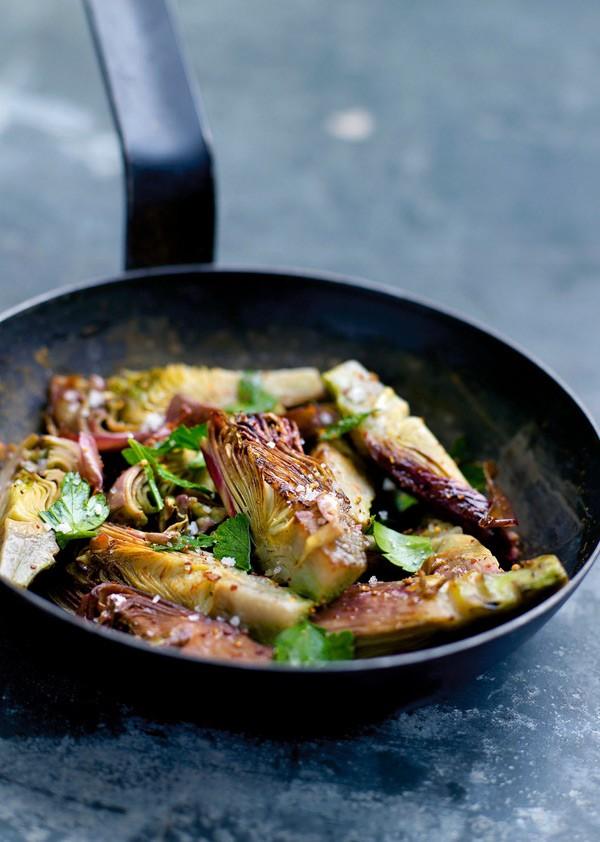 Καρδιές αγκινάρας με σκόρδο και μαϊντανό 8 αγκινάρες χυμός από 2 λεμόνια 2 σκελίδες σκόρδο 1/2 ματσάκι μαϊντανός 1 κ.σ. ξίδι μπαλσάμικο 4 κ.σ. ελαιόλαδο αλάτι, πιπέρι
