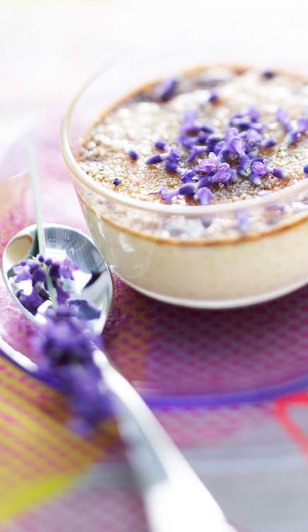Κρεμ μπριλέ με λεβάντα 1/2 λίτρο κρέμα γάλακτος 1 κ.σ. λουλουδάκια λεβάντας 4 κρόκοι αβγών 2 κ.σ. λευκή ζάχαρη 1 κ.σ. κορν φλάουρ 4 κ.σ. κρυσταλλική καστανή ζάχαρη