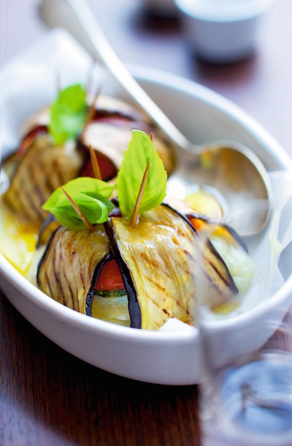 Μελιτζάνες γεμιστές με λαχανικά και κατσικίσιο τυρί 300 γραμμ. μελιτζάνες  1 μέτριο κολοκύθι 3 μέτριες ντομάτες 500 γραμμ. κατσικίσιο τυρί 1 μικρό ματσάκι βασιλικό 6 κ.σ. ελαιόλαδο πιπέρι