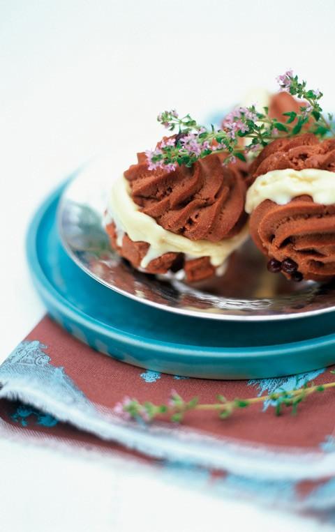 Μπισκότα με παγωτό θυμάρι  Για τα μπισκότα 175 γραμμ. βούτυρο 30 γραμμ. ζάχαρη άχνη 30 γραμμ. σοκολάτα σε σκόνη (θα τη βρείτε έτοιμη στα σουπερμάρκετ) 100 γραμμ. αλεύρι 25 γραμμ. κορν-φλάουρ 25 γραμμ. τρίμμα σοκολάτας (προαιρετικά)  Για το παγωτό 2 ποτήρια γάλα 50 γραμμ. ζάχαρη 3 κρόκοι αυγών 15 κλωναράκια φρέσκο θυμάρι