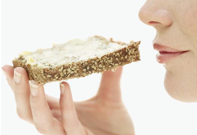 Η δίαιτα των Νέων Δημητριακών  Μια νέα δίαιτα που αλλάζει όλα όσαγνωρίζαμε για την κατανάλωση των δημητριακών μέχρι σήμερα. Είναι ιδανική για όλες όσες δυσκολεύονται να χάσουν βάρος παρά τα εξαντλητικά προγράμματα που ακολουθούν.        Τα πλεονεκτήματα Η εύκολη αυτή αντικατάσταση των... ένοχων δημητριακών με άλλα, πιο ευεργετικά για τη γραμμή σας, βοηθάει στην εύκολη απώλεια βάρους, αλλά και στη μείωση του λίπους στις επίμαχες περιοχές. Επίσης, ο σωστός συνδυασμός των τροφών των μενού που προτείνει θωρακίζει την υγεία σας.  Οι αρχές Σύμφωνα με νέες έρευνες σε όλα τα δημητριακά, όπως το σιτάρι, η σίκαλη και το κριθάρι εντοπίζεται μια... ένοχη ουσία που ονομάζεται γλιαδίνη. Αυτή εμποδίζει την απορρόφηση των θρεπτικών ουσιών από τον οργανισμό και μπλοκάρει τη λειτουργία του μεταβολισμού, με αποτέλεσμα να γίνεται δυσκολότερη η απώλεια βάρους. Υπάρχουν αρκετοί άνθρωποι που παρουσιάζουν ευαισθησία στη γλιαδίνη χωρίς να το γνωρίζουν. Τα συμπτώματα σε αυτές τις περιπτώσεις είναι η απότομη αύξηση βάρους, το μόνιμο αίσθημα κόπωσης, η θολούρα και ο πονοκέφαλος. Η δρ Αν-Λουίζ Γκίτλεμαν, διατροφολόγος και δημιουργός της συγκεκριμένης δίαιτας προτείνει σε όσους δυσκολεύονται να χάσουν κιλά, τον περιορισμό της κατανάλωσης δημητριακών σε μία φορά την εβδομάδα και την αντικατάσταση των συγκεκριμένων προϊόντων με: - δημητριακά ρυζιού - πολέντα (μείγμα από καλαμπόκι) - τορτίγια καλαμποκιού - σπαγγέτι από λαχανικά - ποπ-κορν  Τα μειονεκτήματα Δεν είναι εύκολο να διαπιστώσετε από μόνες σας αν έχετε ευαισθησία στη γλιαδίνη. Συνεπώς, θα ήταν προτιμότερο να εμπιστευθείτε προηγουμένως έναν παθολόγο. Επίσης, κάποιες φορές είναι δύσκολο να βρείτε στην αγορά τα παραπάνω υποκατάστατα δημητριακών.  Η προέλευσή της Αναπτύχθηκε από τη δρα Αν-Λουίζ Γκίτλεμαν, διατροφολόγο και συγγραφέα βιβλίων διατροφής.  Μάθετε περισσότερα Στο βιβλίο The Gut Flush Plan (Οδηγός για επίπεδη κοιλιά, εκδ. Avery), της Αν-Λουίζ Γκίτλεμαν.