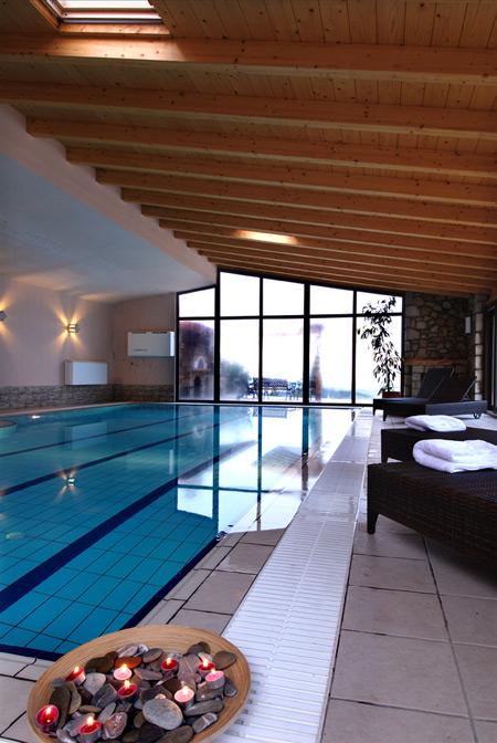 Boutique Hotel Skamnos Μήπως ανήκετε στην κατηγορία των ανθρώπων που προτιμούν το βουνό; Αν ναι, αφεθείτε στη μαγεία ενός χαραλωτικού σπα στον Παρνασσό, σε υψόμετρο 1.250 μέτρων. Το Boutique Hotel Skamnos βρίσκεται σε απόσταση αναπνοής από την κοσμική Αράχωβα και τα χιονοδρομικά κέντρα του Παρνασσού. Boutique Hotel Skamnos Αράχωβα, Βοιωτία Τηλ.: +30 22670 31927, 693 2457666 www.skamnos.com