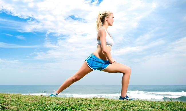 Stretching όλη μέρα;  Οι διατάσεις πριν και μετά τη γυμναστική, αλλά και όταν επιστρέφετε σπίτι αποδεικνύονται το Α και το Ω για να πείτε «αντίο» σε καθημερινούς μικροτραυματισμούς.