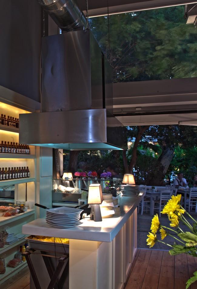 Άρωμα Ελλάδας στο Kalamaki bar  Απλές μα άκρως γευστικές είναι οι προτάσεις αυτής της... new age σουβλακερί. Το μενού μπορεί να μη διαθέτει μεγάλη ποικιλία, αλλά όλα τα πιάτα είναι φτιαγμένα από πρώτες ύλες που φτάνουν στο Κουκάκι αποκλειστικά από εγχώριους παραγωγούς.