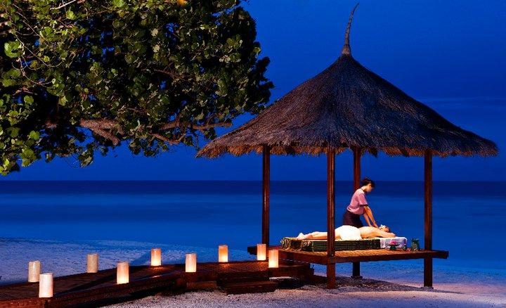 Banyan Tree Madivaru στις Μαλδίβες: Εγώ κι εσύ μόνοι πάνω στη Γη  Ένα εξωτικό resort σε ένα νησάκι-μινιατούρα στις τροπικές Μαλδίβες μάς περιμένει για να μας αποκαλύψει το μυστικό της ευτυχίας που προσφέρουν μονάχα η θάλασσα, η άμμος και η σκιά ενός κοκοφοίνικα.
