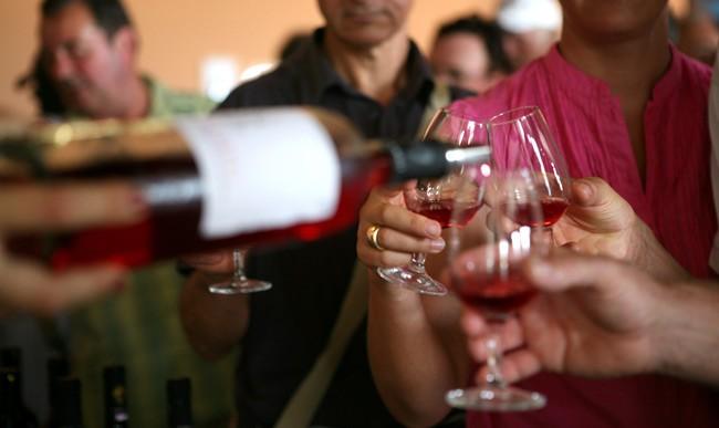 Blog Gourmet News: Γιορτή του κρασιού στο οινοποιείο Domaine Helios  Πιστή στο ετήσιο ραντεβού της, η εταιρεία Σεμέλη συμμετέχει και αυτή τη χρονιά στο τριήμερο Μεγάλες Μέρες της Νεμέας, προσκαλώντας τους οινόφιλους να επισκεφτούν το οινοποιείο της Domaine Helios για να γιορτάσουν όλοι μαζί τη νέα σοδειά.