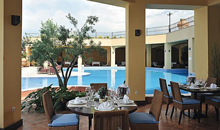 Blog Gourmet News: Γαστρονομικό ταξίδι στη Λήμνο  Πρόκειται για ένα νησί με πρωτόγνωρες φυσικές ομορφιές και πλούσια γαστρονομική παράδοση. Σε ένα ατμοσφαιρικό σκηνικό με θέα τον κόλπο του Μούδρου, το καινούριο εστιατόριο Veranda βρήκε τη θέση του μέσα στο μοναδικό χώρο της πιο πρωτότυπης ξενοδοχειακής μονάδας του νησιού, το Varos Village Traditional Hotel.