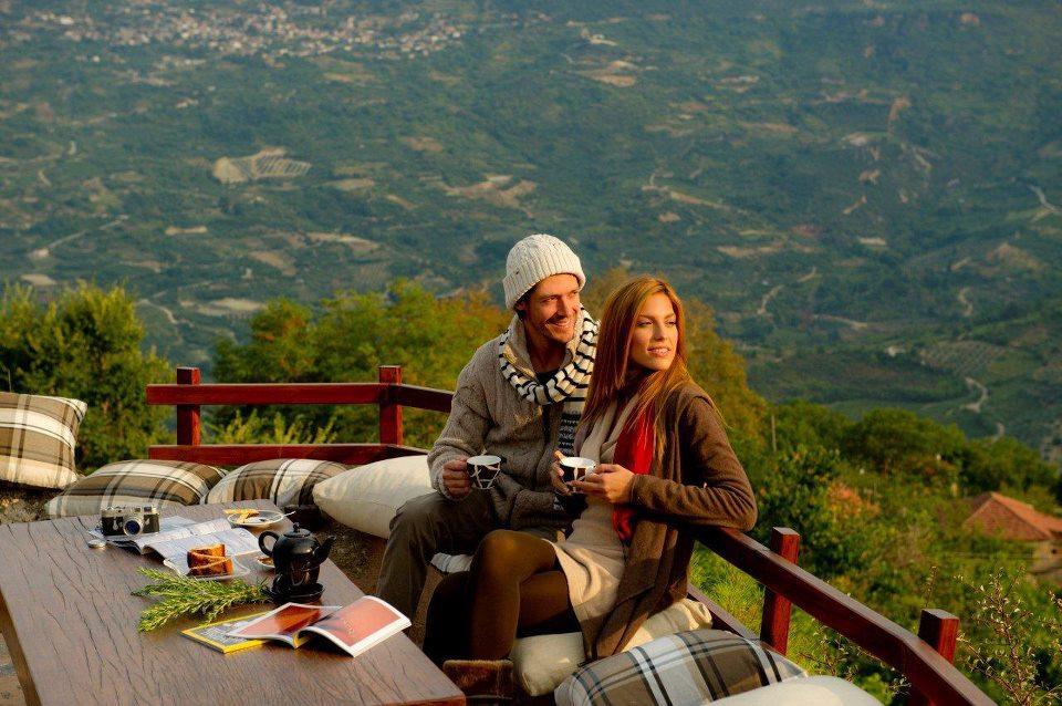 Ορεινή Κορινθία: Last Minute Paradise    Ένα ταξίδι που δεν απαιτεί ιδιαίτερη προετοιμασία. Το μόνο που έχετε να κάνετε είναι να το αποφασίσετε και να βάλετε μόλις δύο ρούχα στη βαλίτσα. Σε λιγότερο από δύο ώρες θα βρίσκεστε στην αγκαλιά μιας ορεινής γειτονιάς, με ελατοσκέπαστα βουνά και διάσπαρτες λίμνες.