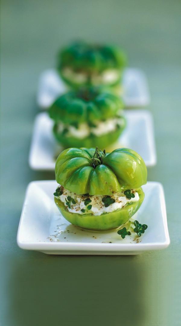 Πράσινες ντομάτες με κατσικίσιο τυρί, μπαχαρικά και θυμάρι 4 πράσινες ντομάτες 300 γραμμ. μαλακό κατσικίσιο τυρί 2 κλωναράκια φρέσκο θυμάρι 1/2 κ.γ. μπούκοβο 1/2 κ.γ. πάπρικα 1/2 κ.γ. κόλιαντρο σε σκόνη 1/2 κ.γ. μοσχοκάρυδο 1/2 κ.γ. άνθος αλατιού 2 κ.σ. ελαιόλαδο