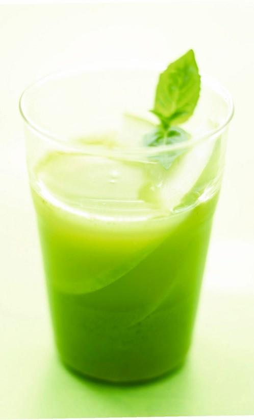 Πράσινο γκασπάτσο 2 φρέσκα κρεμμυδάκια καλά πλυμένα 2 πράσινα μήλα 1 μικρό αγγουράκι με το φλούδι του 1 λάιμ  2 κλαράκια βασιλικό 2 κλαράκια μαϊντανό 20 γραμμ. φρέσκο τζίντζερ ψιλοκομμένο 1 σκελίδα σκόρδο αλάτι, πιπέρι 6 κορφούλες βασιλικού για τη διακόσμηση