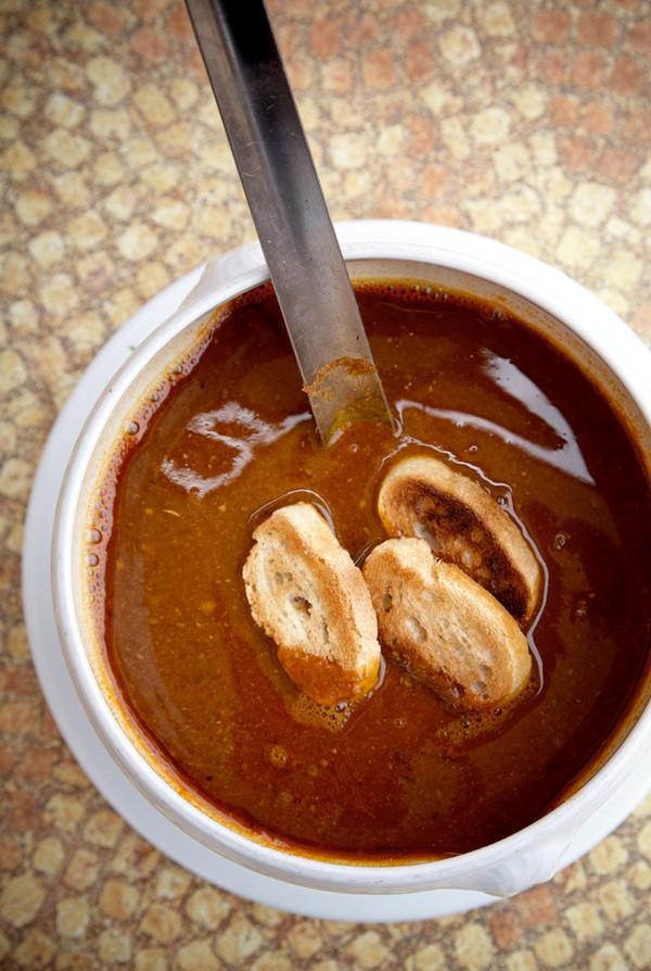 Ψαρόσουπα 3 σκελίδες σκόρδο 2 κρεμμύδια 2 κλωναράκια σέλερι ψιλοκομμένα 6 ντομάτες κομμένες σε κομμάτια διάφορα μυρωδικά (άνηθο, εστραγκόν, μαϊντανό κ.λπ.) μέσα σε ένα κομμάτι γάζα 1 κόκκινη γλυκιά πιπεριά 1 κ.σ. σπόρους μάραθου 1/2 λίτρο νερό 750 ml λευκό κρασί 250 ml ούζο 1,5 κιλό πετρόψαρα (γύλοι, δράκαινες, σκορπίνες κ.ά.) κρουτόν
