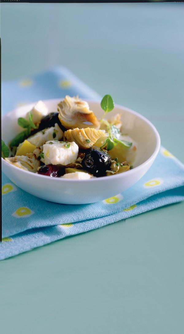 Σαλάτα με αγκινάρες, φέτα, ελιές και κονφί λεμονιού 10 φρέσκιες αγκινάρες 3 λεμόνια  200 γραμμ. τυρί φέτα 100 γραμμ. μαύρες ελιές 2 σκελίδες σκόρδο 6 κ.σ. ελαιόλαδο 1 κ.γ. βούτυρο 3 κ.σ. ζάχαρη 2 κ.σ. ξίδι μπαλσάμικο  φρέσκο θυμάρι μερικά φύλλα βασιλικού ή μαντζουράνας αλάτι, πιπέρι