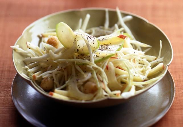 Σαλάτα με μήλο, λάχανο, σέλερι και χτένια 200 γραμμ. χτένια (κατεψυγμένα) 2 πράσινα μήλα 2 ξινόμηλα 300 γραμμ. άσπρο λάχανο 1 λεμόνι 1 κλωναράκι σέλερι 50 γραμμ. μέλι 3 κ.σ. ελαιόλαδο 4 κ.σ. μηλόξιδο  1 κ.σ. παπαρουνόσπορος 20 γραμμ. αλατισμένο βούτυρο αλάτι, πιπέρι