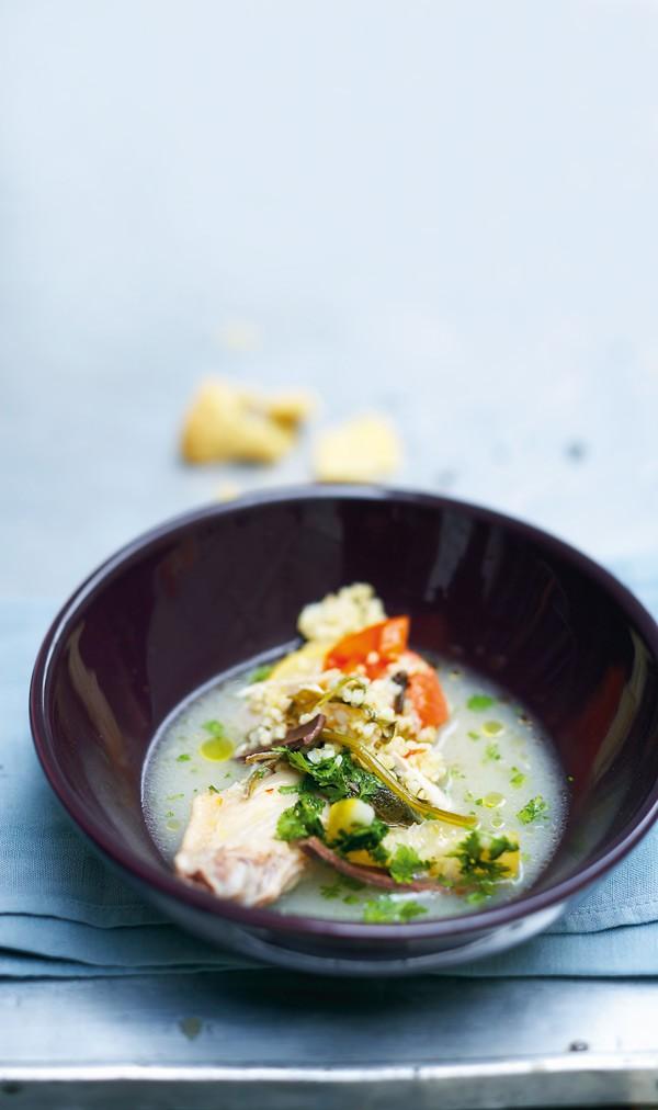 Σούπα με κοτόπουλο και λεμόνι 1 κιλό φτερούγες κοτόπουλου 100 γραμμ. φιδές χυμός από 1 λεμόνι 2 σκελίδες σκόρδο 2 φρέσκα κρεμμυδάκια 1 ντομάτα 1/2 ματσάκι μαϊντανός 4 γαρίφαλα 2 ξυλάκια κανέλα μοσχοκάρυδο αλάτι, πιπέρι 1 κύβος ζωμού κότας