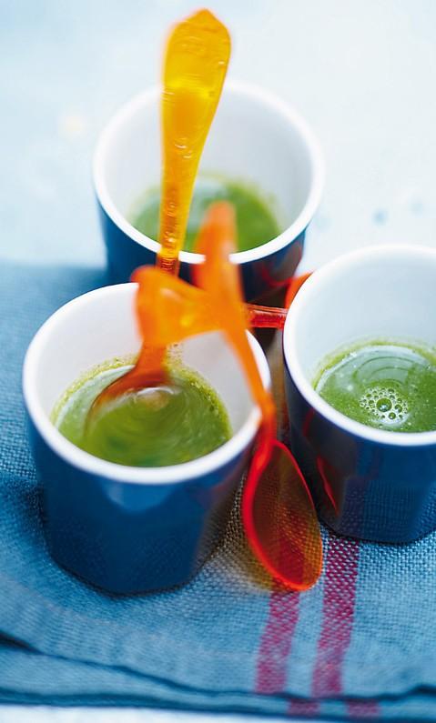 Σούπα με λαχανικά  3 κολοκυθάκια  2 φρέσκα κρεμμυδάκια  500 γραμμ. φρέσκο σπανάκι  1/2 πράσινο λάχανο  1/2 μάτσο βασιλικό  1 κ.γ. κρέμα γάλακτος  3 κ.σ. ελαιόλαδο  2 λίτρα ζωμός λαχανικών (ή βράζετε διάφορα λαχανικά με 2 λίτρα νερό)