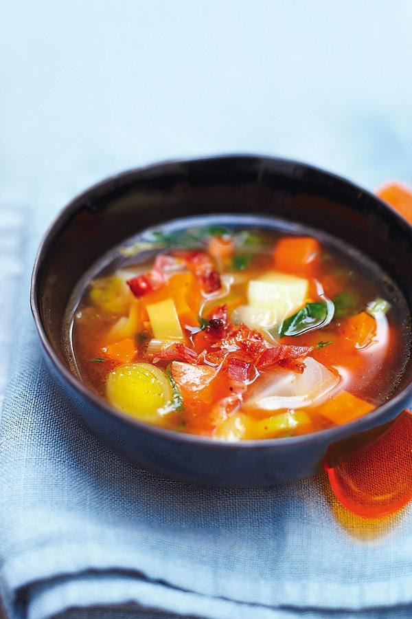 Σούπα με λαχανικά και μπέικον 6 φέτες μπέικον 4 καρότα 2 πράσα 2 ρέβες 1 κομμάτι σέλερι 2 λίτρα ζωμός κότας (ή βράζετε 2 λίτρα νερό με 1 κύβο ζωμού κότας)  1 κρεμμύδι 1 σκελίδα σκόρδο 2 πατάτες 1 δαφνόφυλλο 1 κλωνάρι θυμάρι 40 γραμμ. βούτυρο ελαιόλαδο αλάτι, πιπέρι