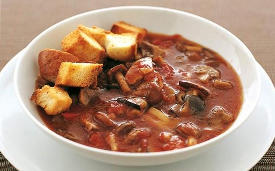 Σούπα με μανιτάρια και κρουτόν 1,2 κιλά ανάμεικτα μανιτάρια 2 φέτες χωριάτικο ψωμί 250 γραμμ. ντομάτα κονκασέ 1 κρεμμύδι 2 σκελίδες σκόρδο 3 κλωναράκια δυόσμου ελαιόλαδο αλατοπίπερο