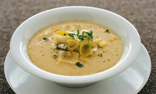 Σούπα βελουτέ με μαντζουράνα 250 γραμμ. ρεβιθάλευρο 2 πράσα 1 σκελίδα σκόρδο 1 ματσάκι μαντζουράνα ζωμός λαχανικών ελαιόλαδο αλατοπίπερο