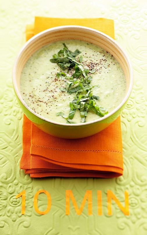 Σούπα βελουτέ με λαχανικά 1 πατάτα 1 πράσο 2 καρότα 1 ντομάτα 1 κολοκύθι 1 λίτρο νερό 1 κ.σ. βούτυρο 3 κ.σ. παρμεζάνα αλάτι, πιπέρι