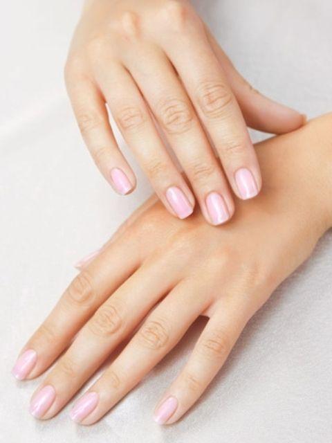 Δείτε τις νέες θρεπτικές συνθέσεις για τα χέρια Καθημερινά η επιδερμίδα των χεριών εκτίθεται σε εξωτερικούς παράγοντες όπως ο ήλιος και η ρύπανση, με αποτέλεσμα να χάνει την υγρασία της και να γίνεται ξηρή. Ποντάρετε σε κρέμες που θα επαναφέρουν την απαλότητα και τη νεανική της όψη.