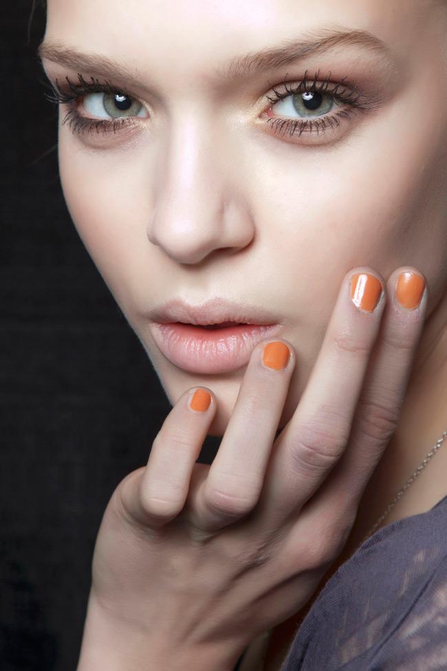 Νεανικά χέρια  Τα όμορφα, περιποιημένα χέρια πρσθέτουν πόντους στην εμφάνιση ενισχύοντας το νεανικό σας προφίλ. Εντάξτε στην ιεροτελεστία της καθημερινής σας περιποίησης μια κρέμα χεριώνπλούσια σεενυδατικά, αντιγηραντικά συστατικά καιεπενδύστε στο κατάλληλο μανικούρ φροντίζοντας έτσι να μη «μαρτυρήσουν» την ηλικία σας.