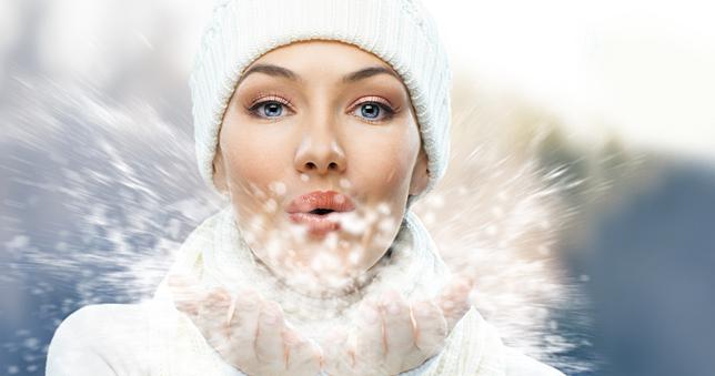 Ενυδάτωση το χειμώνα;  Οι χαμηλές θερμοκρασίες αφυδατώνουν το δέρμα, όπως και τα λάθος προϊόντα. Οι ειδικοί μάς δίνουν συμβουλές για να διατηρήσουμε τη φρεσκάδα μας.