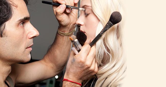 Μικρά μυστικά του make-up artist Τζέιμς Καλιαρντός  10 συμβουλές από το διάσημο μακιγιέρ της L'Oreal Paris, για να δείχνετε πάντα φρέσκια και δροσερή.