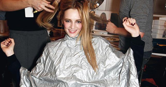 Βαμμένα μαλλιά  Βρείτε το χρώμα που σας ταιριάζει - ELLE 46327124d36