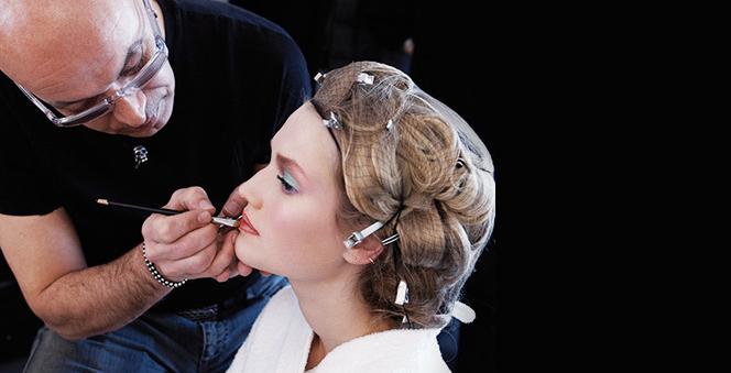 Tα μυστικά μακιγιάζ του οίκου Givenchy  Ο τοπ make up artist και καλλιτεχνικός διευθυντής του οίκου Givenchy, Νικολά Ντεζέν, μας δίνει πολύτιμες συμβουλές για το πώς να χρησιμοποιήσουμε τα προϊόντα μακιγιάζ της ανοιξιάτικης συλλογής Ιnstant Bucolique και αποκαλύπτει τα μυστικά του για λαμπερή επιδερμίδα.