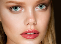 Tα νέα θαυματουργά lip gloss  Μας ενθουσιάζουν τόσο με τις funky αποχρώσεις τους όσο και με τις ενυδατικές τους ιδιότητες.