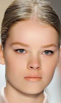 Τρεις τρόποι για να φορέσετε το eyeliner  Τιμήθηκε και φέτος από πολλούς σχεδιαστές μόδας επιβεβαιώνοντας την all time classic αξία του. Ακολουθήστε πιστά μία από τις τρεις μοντέρνες εκδοχές του και ξεχωρίστε.