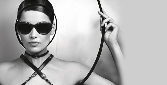 Η Λετίσια Κάστα στη νέα καμπάνια του οίκου Chanel  Η Γαλλίδα σταρ του μόντελινγκ ποζάρει στο φακό του Καρλ Λάγκερφελντ φορώντας τα εντυπωσιακά γυαλιάτου brand.