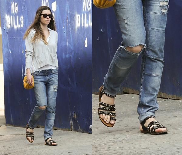 Τζέσικα Μπιλ Τα ροκ σανδάλια του οίκου Chanel με τις χρυσές αλυσίδες κάνουν  τη διαφορά στο casual λουκ της ηθοποιού. ca9b84020ff