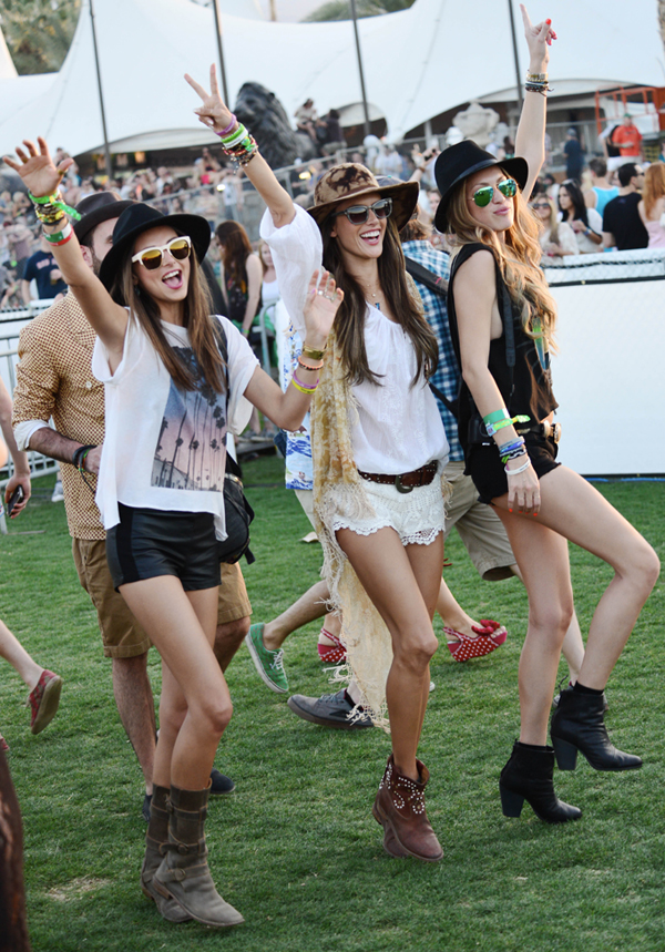 Η Αλεσάντρα Αμπρόσιο (στη μέση) με δαντελένιο σορτς στο Coachella Festival  στο Λος Άντζελες. e89813a1724