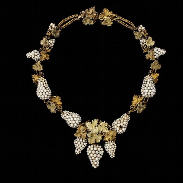 Παραμυθένια κοσμήματα με μαργαριτάρια εκτίθενται στο Λονδίνο - ELLE 001b7631eb8