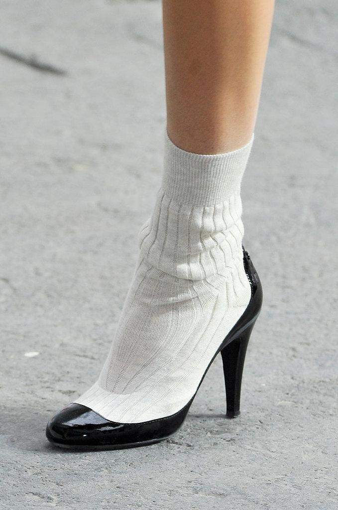 Chanel Ο Καρλ Λάγκερφελντ προτείνει ασπρόμαυρες γόβες με ενσωματωμένες  κάλτσες για τη σεζόν Άνοιξη Καλοκαίρι 2014. 93b6329092b
