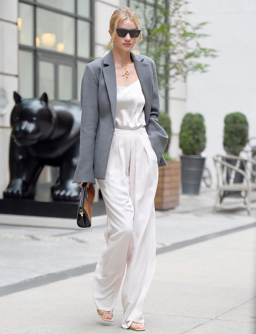 10 εντυπωσιακά outfits για να είσαι μια star ακόμα και στο γραφείο Μερικές από τις πιο λαμπερές και stylish κυρίες της showbiz σου δίνουν έμπνευση για μοναδικές καιεξαιρετικά σύγχρονεςoffice εμφανίσεις, που σίγουρα θα κερδίσουν τις εντυπώσεις όλων των συναδέλφων.