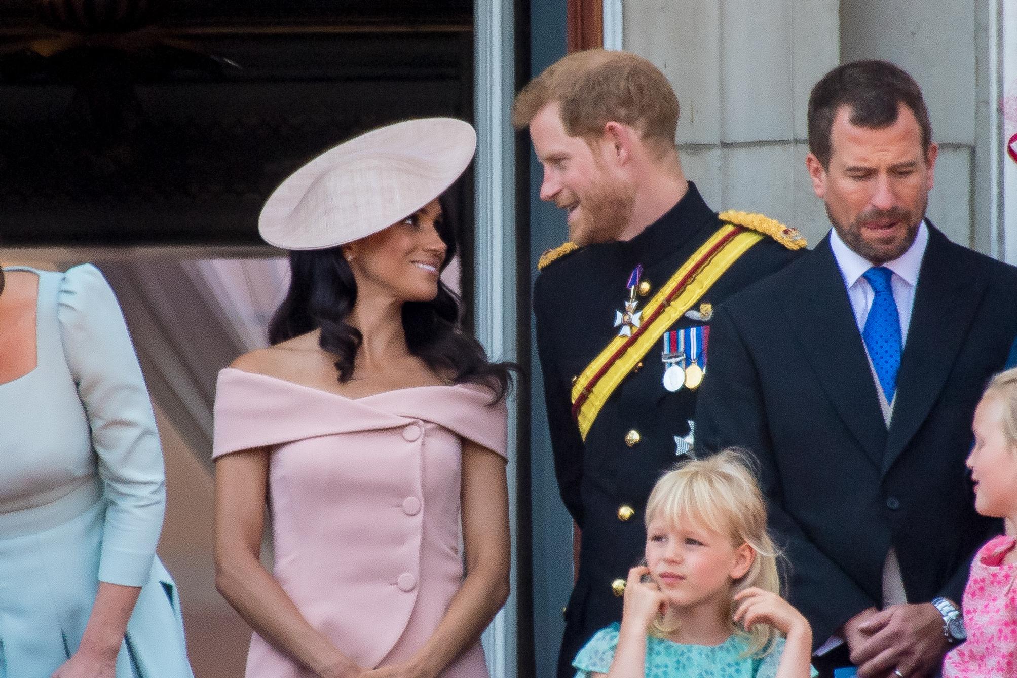 Τώρα μπορείς να αντιγράψεις το posh style της Meghan Markle Τα Zara κυκλοφόρησαν ένα μπλέιζερ με ανοιχτούς ώμους, το οποίο θυμίζει πολύ το ροζ σχέδιο που φορούσε του οίκου Carolina Herrera που φόρεσε η Meghan λίγες μέρες μετά τον γάμο της με τον πρίγκιπα Harry.