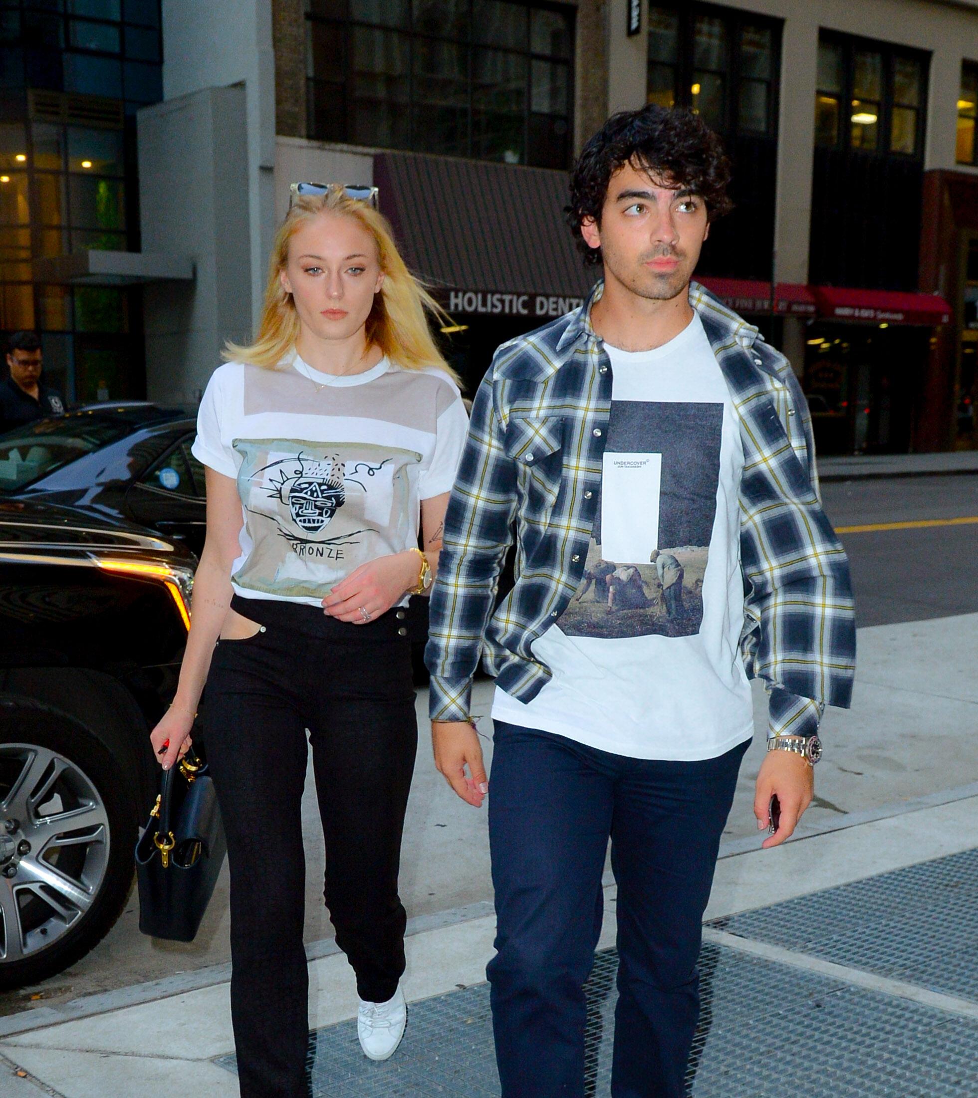 Sophie Turner & Joe Jonas: Το νέο αγαπημένο ζευγάρι των παπαράτσι Η όμορφη πρωταγωνίστρια του Game of Thrones και το πρώην μέλος του boyband Jonas Brothers ανακοίνωσαν τον αρραβώνα τους τον περασμένο Οκτώβριο, μετά από έναν χρόνο σχέσης. Από τότε οι παπαράτσι δεν χορταίνουν να τους απαθανατίζουν στις κοινές τους εμφανίσεις αφού το ερωτευμένο ζευγάρι δεν κρύβει την αγάπη του.