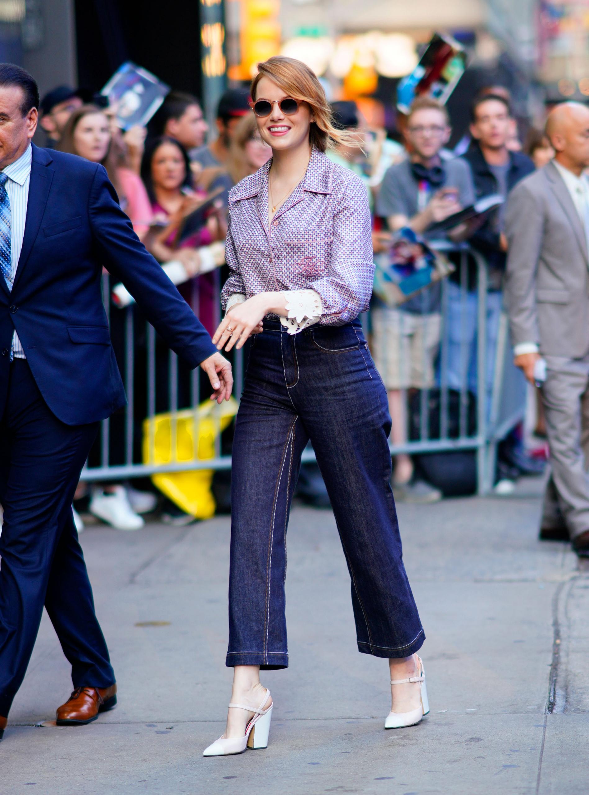 Πώς θα φορέσεις το pyjama shirt; Η Emma Stone έκανε τον τέλειο συνδυασμό για το φθινόπωρο.