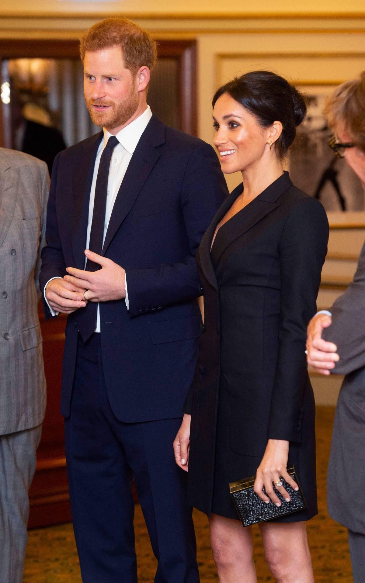 Είδες το σέξυ λουκ της Meghan Markle; Ο πρίγκιπας Harry και η λαμπερή σύζυγός του παρακολούθησαν το μιούζικαλ Hamilton στο Victoria Palace Theatre του Λονδίνου. Φυσικά όλα τα βλέμματα στράφηκαν στην εντυπωσιακή Meghan και το tuxedo dress της.