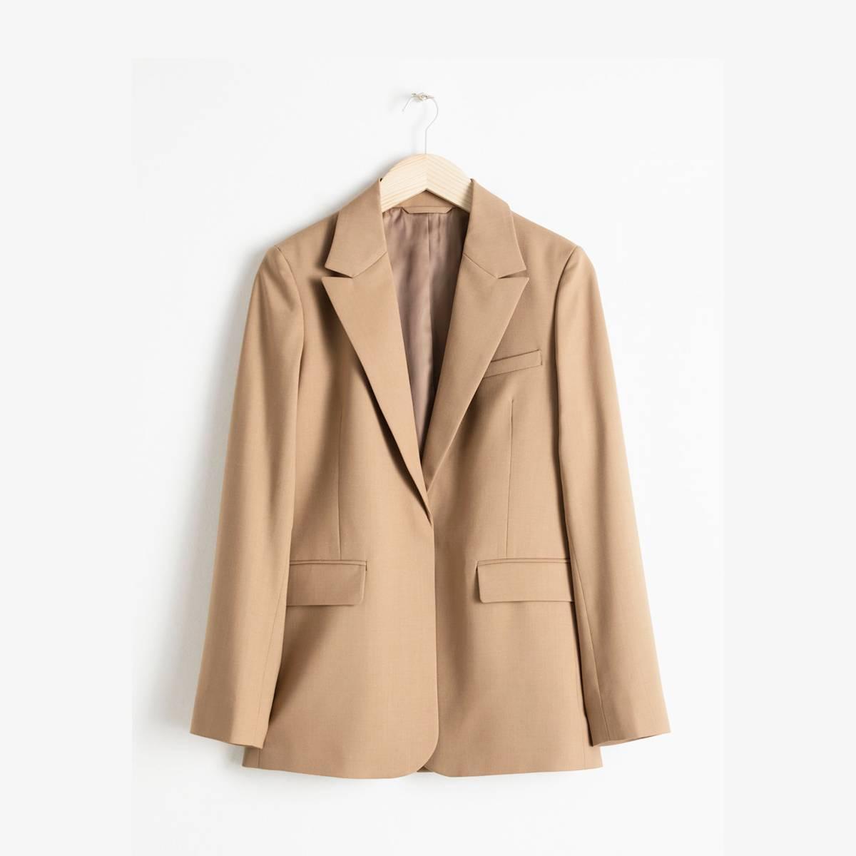 Είδαμε αυτό το κομμάτι στη Victoria Beckham και το θέλουμε Το camel blazer θα γίνει πλέον βασικό κομμάτι της γκαρνταρόμπας.