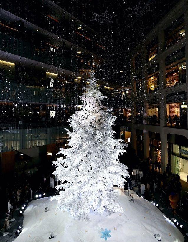 Le-sapin-de-Noel-de-Kitte-a-Tokyo.jpg (638×821)