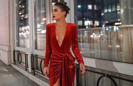 15 κομμάτια σε φλογερό κόκκινο για εσένα που δεν θέλεις να φορέσεις παγιέτες Το χρώμα του πάθους είναι από τις καλύτερες επιλογές για γιορτινά outfits που θα κερδίσουν τις εντυπώσεις.